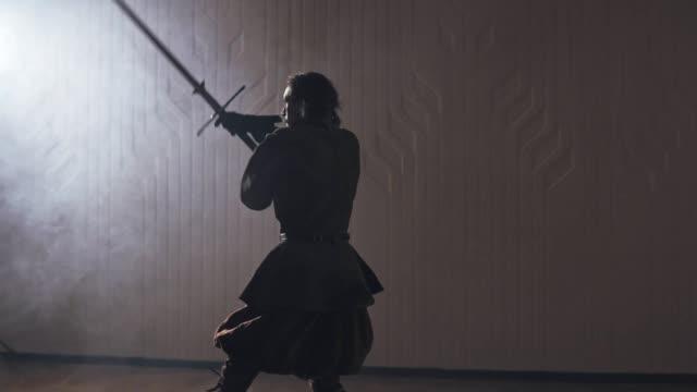 Guerrero-medieval-con-espada-a-dos-manos-en-el-interior-en-cámara-lenta