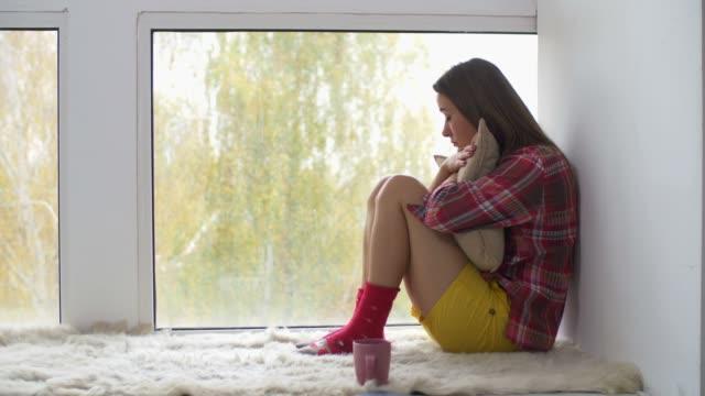 Corazón-roto-niña-mirando-por-la-ventana