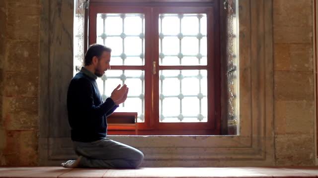 Jóvenes-musulmanes-orando-en-la-mezquita