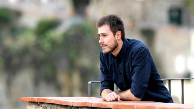 Hombre-serio-en-busca-de-un-balcón