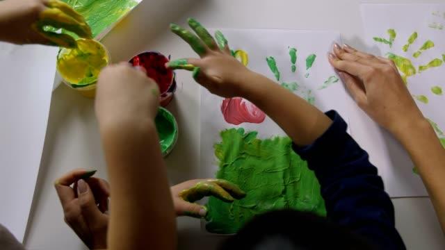 Los-niños-pintar-con-los-dedos-las-manos-con-varios-colores