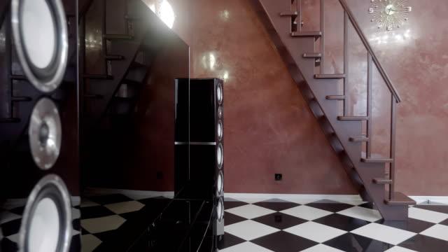 Gran-TV-y-grandes-altavoces-en-la-sala-de-estar-en-casa-y-un-montón-de-reflexiones