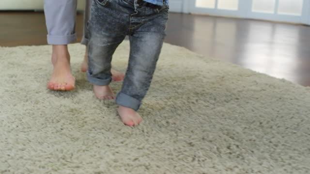 Bebé-aprendiendo-a-andar-con-mamá