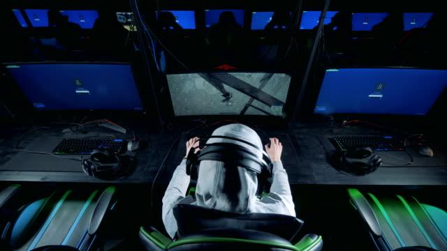 Una-persona-está-jugando-un-videojuego-en-un-club