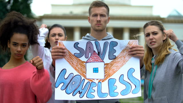 Manifestantes-cantan-para-salvar-a-las-personas-sin-hogar-manifestación-contra-la-guerra-crisis-migratoria-global