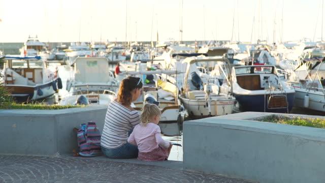 Madre-e-hija-turistas-en-el-puerto-de-Forio