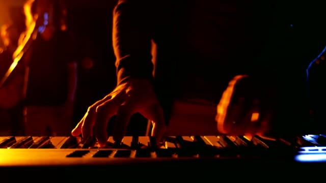 Sección-media-del-músico-tocando-piano-electrónico-en-estudio