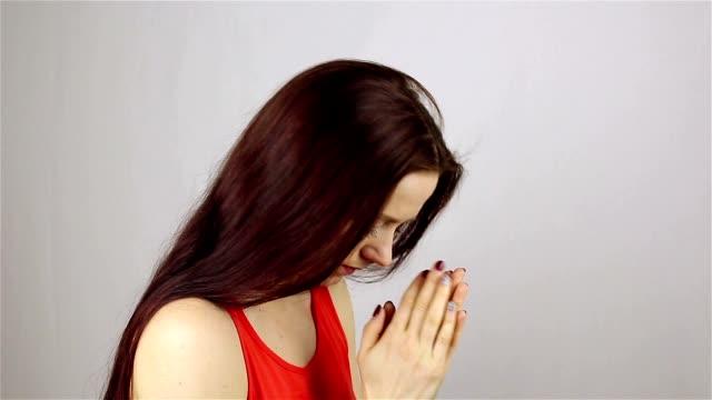 Eine-junge-schöne-Frau-betet-Gott-um-Hilfe-zu-bitten