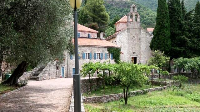 Herzeg-Novi-Montenegro-Iglesia-de-la-ascensión-día-iglesia-Sv-balnearios-en-Topla-Paneo-de-cámara-lenta-Casco-antiguo-panorama-Herzeg-Novi-Montenegro-