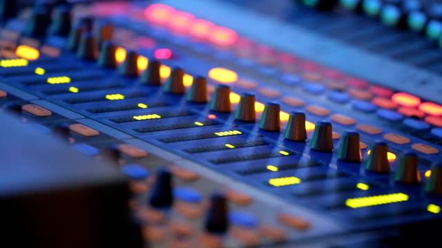 Mezclador-de-audio-trabajando-en-concierto-de-rock
