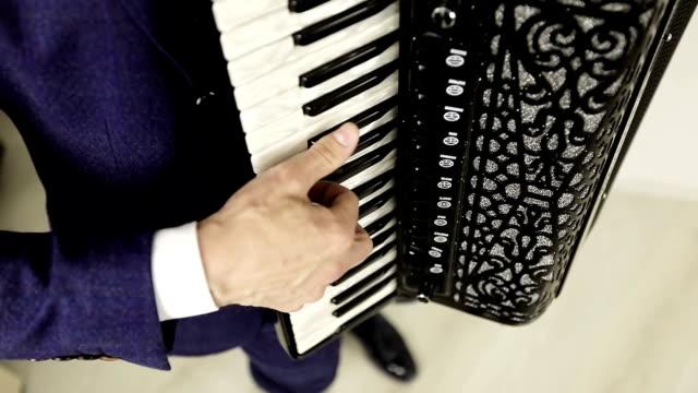 Los-dedos-del-acordeonista-funcionan-sobre-las-teclas-blancas-y-negras-