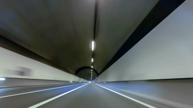 Schnell-fahren-durch-einen-Tunnel-mit-Ãœbergewicht-auf-Fahrzeug-erschossen