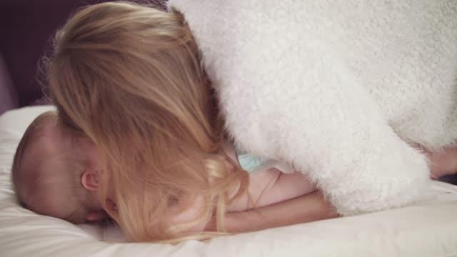 Bebé-que-llora-mamá-cuidado.-Llanto-de-bebé-en-pañales.-Bebé-llorando-en-blanco-napkip
