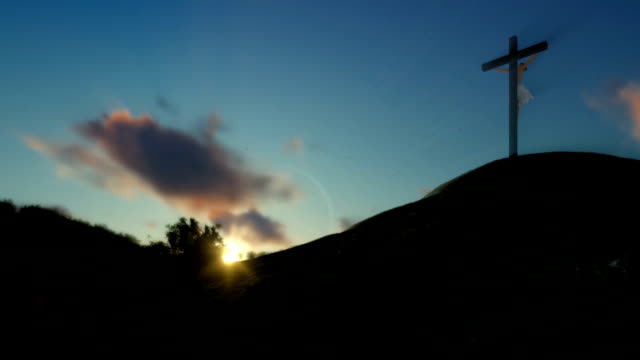 Christin-beten-zu-Jesus-Kreuz-Sonnenuntergang-Schwenken-Zoomen-Sie-heraus