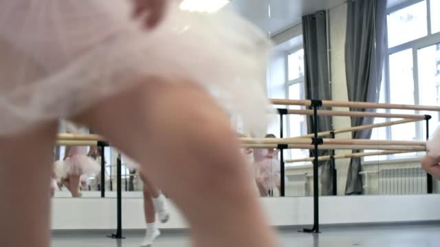 Niñas-saltando-en-el-estudio-de-danza