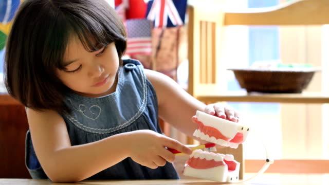 4-K-niño-Asiático-poco-cepillado-mandíbula-falso-aprender-a-cepillarse-los-dientes