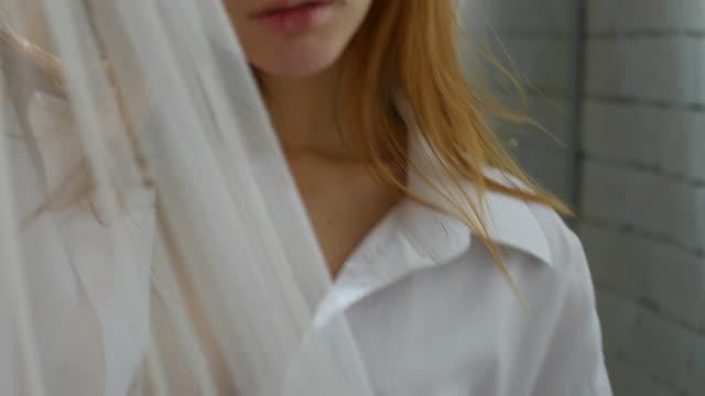 Mujer-sensual-coqueteo-detrás-de-cortina