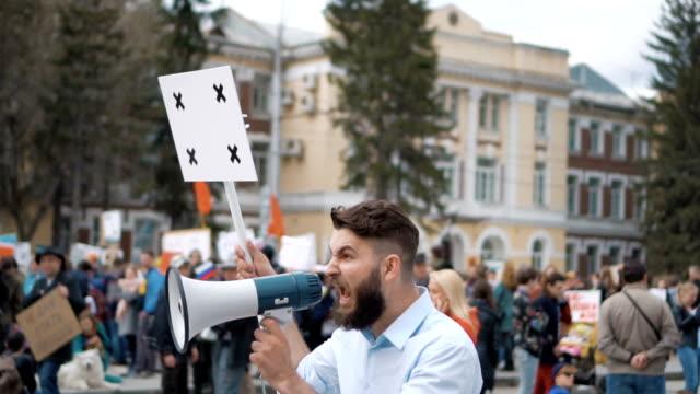 Hombre-en-huelga-política-con-bandera-con-puntos-de-seguimiento-para-copiar-texto-de-espacio-