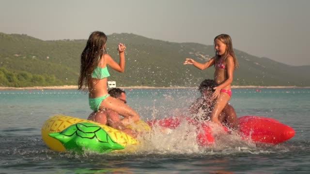Slow-Motion-Blick-auf-Väter-und-Töchter-haben-ein-Theaterstück-im-Meer-zu-kämpfen-