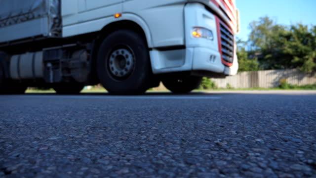 Verschwommene-Schuss-von-LKW-Highway-in-Landstraße-fahren-LKW-Fahrten-durch-die-ländlichen-Slow-Motion-niedrigen-Winkel-Ansicht-hautnah