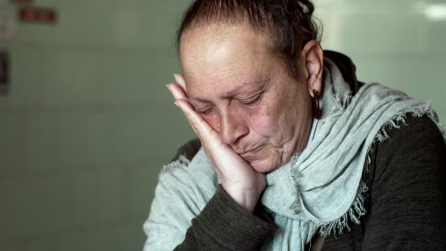 Retrato-de-la-triste-anciana-solitario-pensativo-pensando-interior