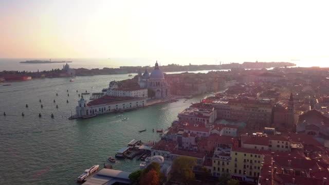 Aerial-Umlaufbahn-über-San-Marco-Platz-bei-Sonnenaufgang-in-Venedig-Italien