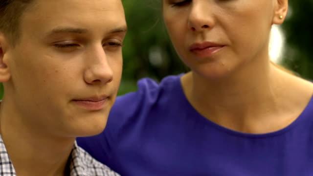 Molesto-hijo-escuchar-consejos-de-madres-amor-y-apoyo-en-la-familia-closeup