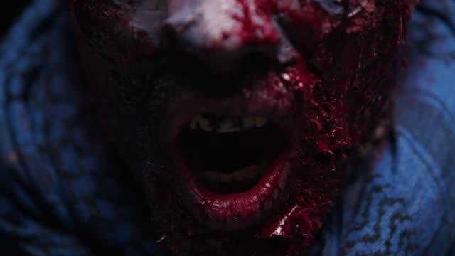 Zombie-loco-da-miedo-de-los-dientes-tratando-de-morder