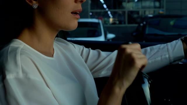 Deprimida-mujer-beber-vino-embotellado-durante-la-conducción-el-riesgo-de-accidente-de-automóvil