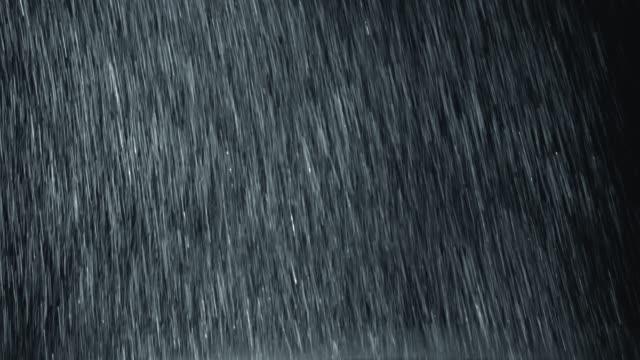 Vertikale-Starkregen-vor-Kamera-fallen-