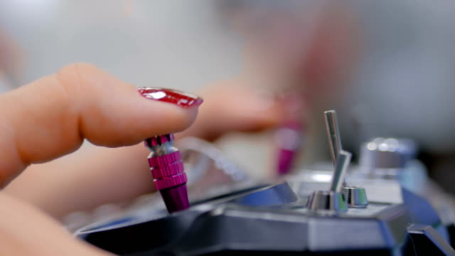 Mujer-usando-joystick-o-gamepad