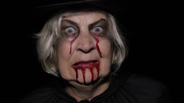 Viejo-maquillaje-de-Halloween-bruja-Anciana-retrato-con-sangre-en-la-cara-