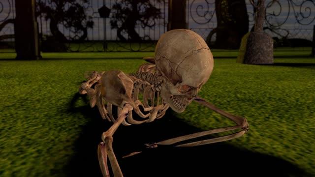 Crawling-Attacke-Skelette-in-der-Nacht-auf-dem-Friedhof-Halloween-Konzept-