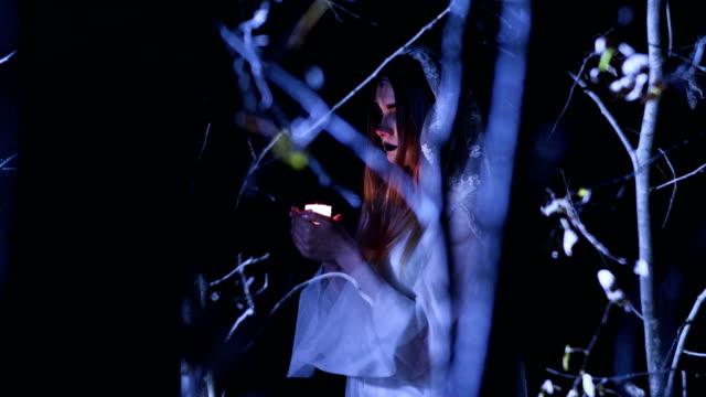 La-joven-con-maquillaje-esqueleto-para-Halloween-en-el-vestido-de-novia-blanco-4K