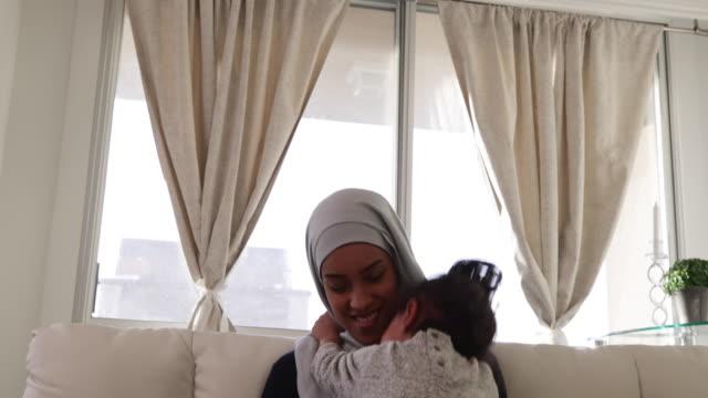 Mutter-und-Tochter-zu-Hause
