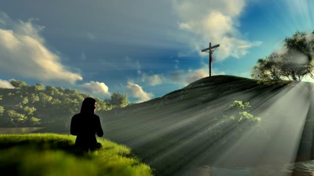 Frau-betete-Jesus-Kreuz-über-schöne-Morgensonne-Strahlen