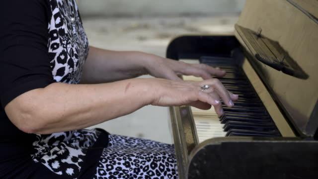 Alte-Frau-mit-dem-Klavierspiel