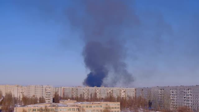 Edificio-en-el-fuego-con-humo-Emergencia-Edificio-de-incendios-
