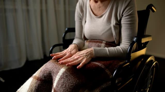 Dama-Senior-mirando-a-estrecharme-la-mano-y-llorando-los-síntomas-de-la-enfermedad-de-Alzheimer