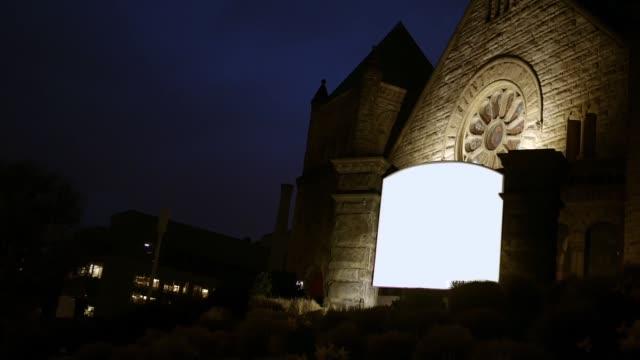 Ein-leeren-generische-Zeichen-für-eine-Kirche-in-der-Nacht-im-Stadtgebiet-ALT