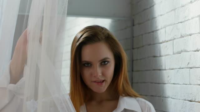 Mujer-sensual-en-ropa-interior-mordiendo-su-labio
