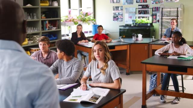 Hombre-Tutor-docente-estudiantes-en-clase-de-Biología