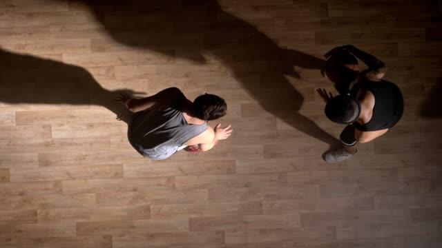 TopShot-dos-amigos-jugando-baloncesto-un-jugador-realizando-slam-dunk