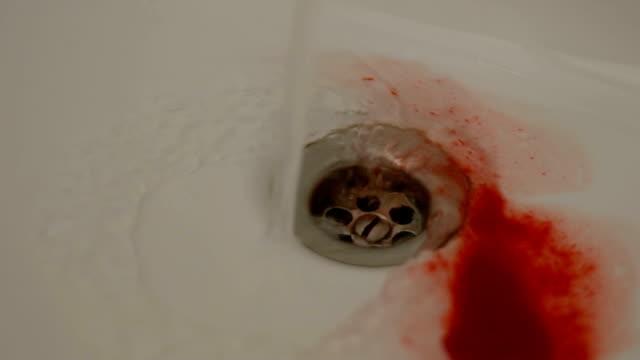 Persona-escupe-sangre-después-de-la-lucha-con-los-abusadores-hemorragia-interna-emergencia
