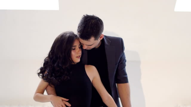 Jóvenes-de-danza-en-una-escuela-de-danza-para-la-música-Latina-Salsa-bachata-rumba-