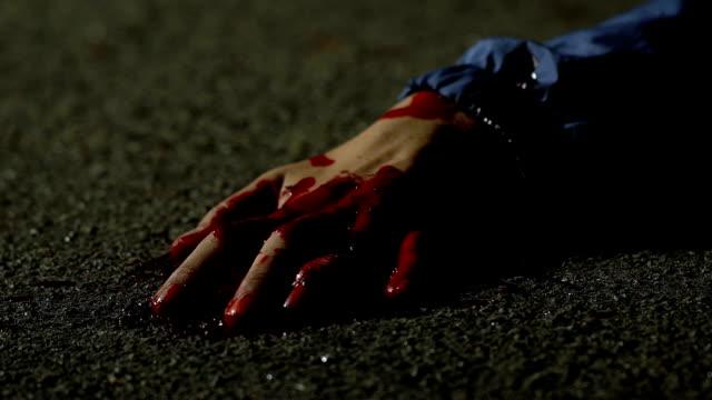 Blutige-Opfer-der-Psycho-Mörder-in-Krämpfe-kämpft-für-das-Leben