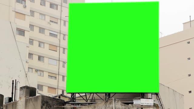 Cartelera-con-pantalla-verde-en-un-edificio-