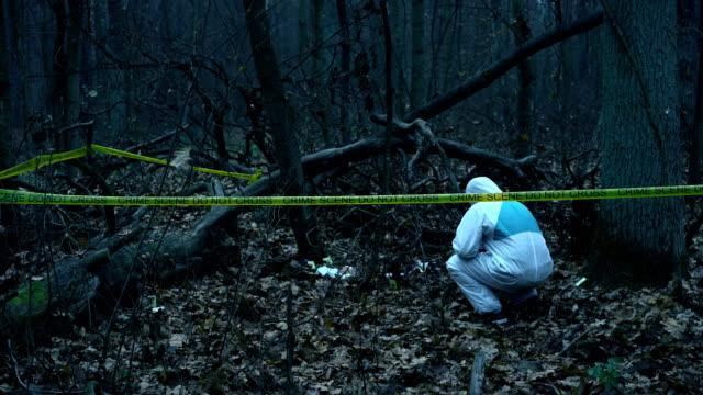 Escena-del-crimen-forense-trabajando-en-el-sitio-del-asesinato-recolección-de-evidencia