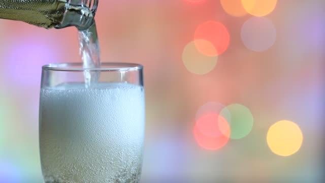 Glas-Champagner-und-bunten-unscharf-gestellt-Silvester-Party-Hintergrund