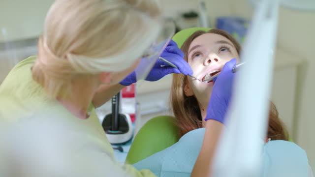 Arzt-arbeitet-mit-Bohrmaschine-Dringende-Behandlung-von-Zahnschmerzen